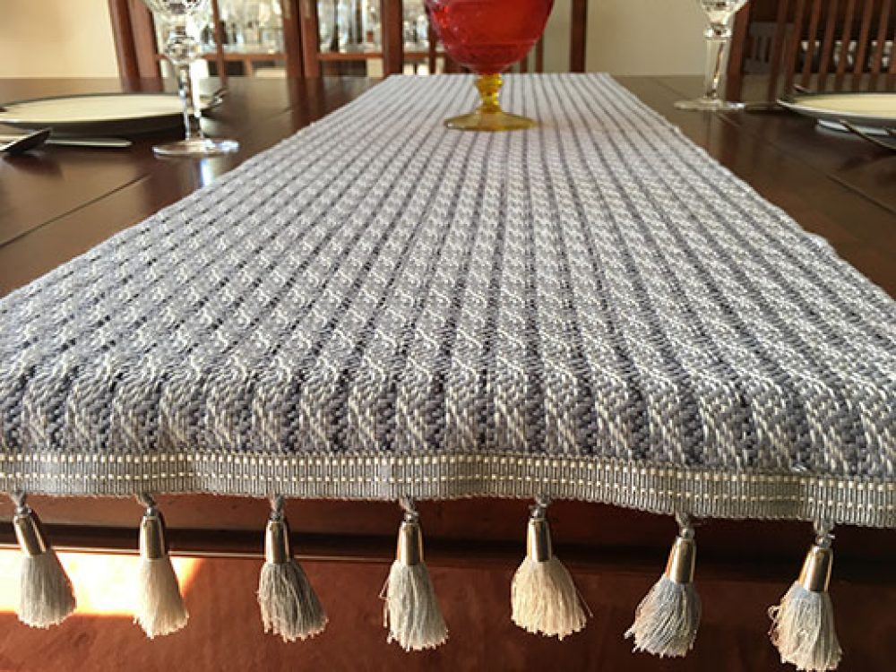 Ordinaire Alternating Color Tassel Trim, Pub Table Runner